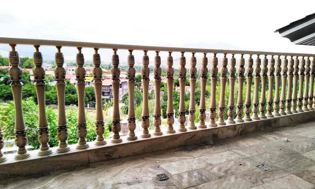 نرده چوبی نصب شده در ویلا